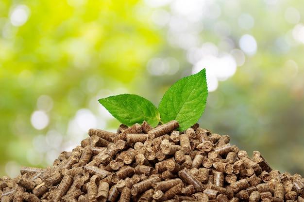 Houten pellets op groen