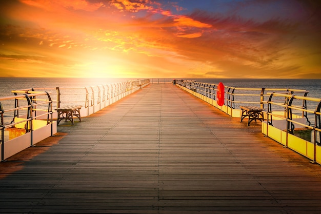 Houten pier bij zonsondergang in saltburn by the sea, north yorkshire, uk