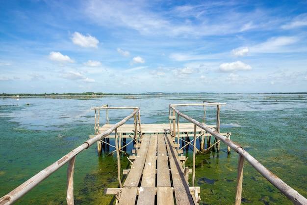 Houten pier die zich uitstrekt in de zee
