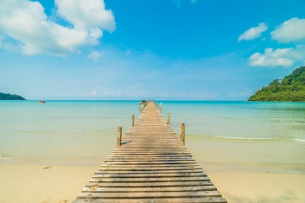 Houten pier of brug met tropisch strand