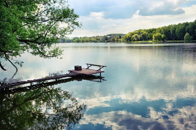 Houten pier om te vissen op het meer