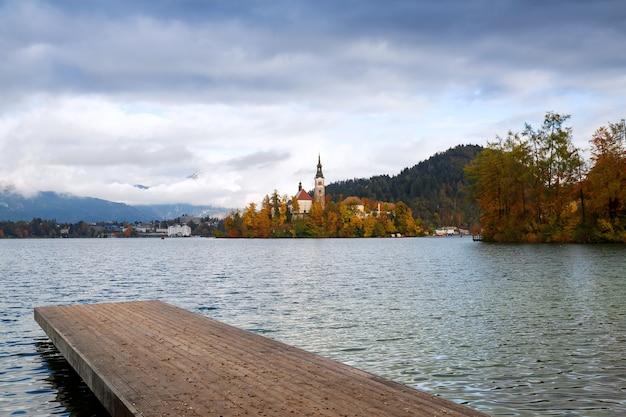 Houten pier op het alpenmeer bled autumn in slovenië europa