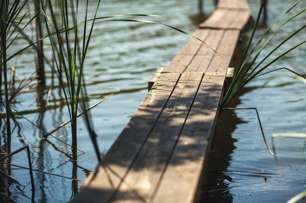 Houten pier op het meer in het dorp.