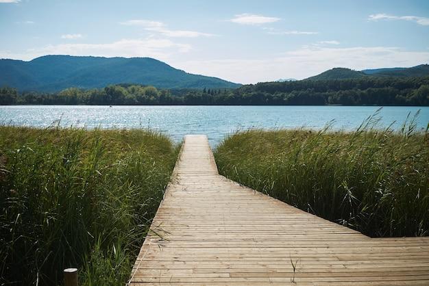 Houten pier op meer