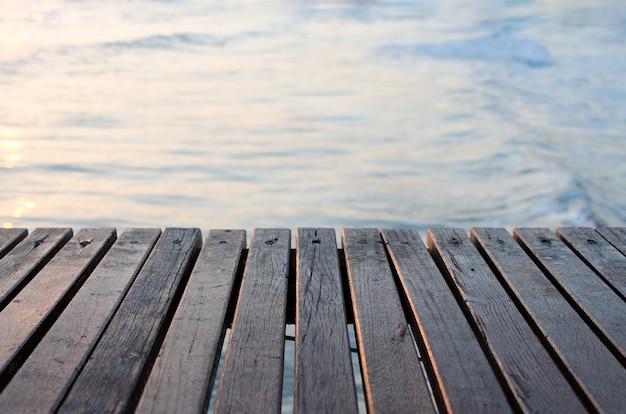 Houten pier over de zee