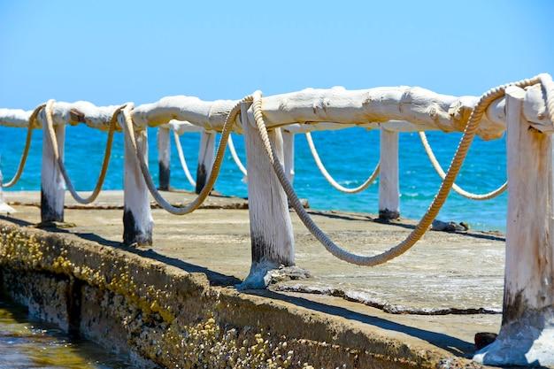 Houten pier steiger uitgaan van tropisch strand in de oceaan