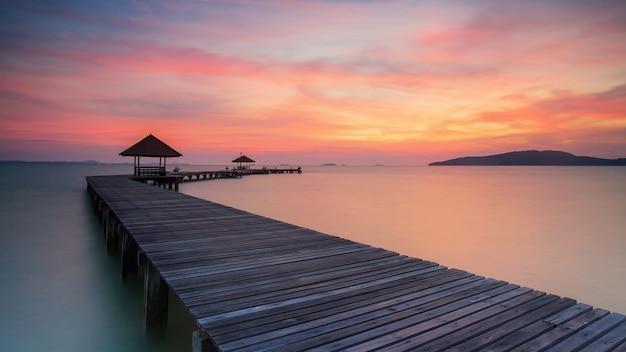Houten pier tussen zonsondergang in phuket