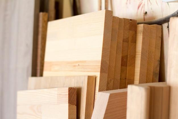 Houten pilaren en dikke planken in de meubelmakerij zijn klaar om te werken