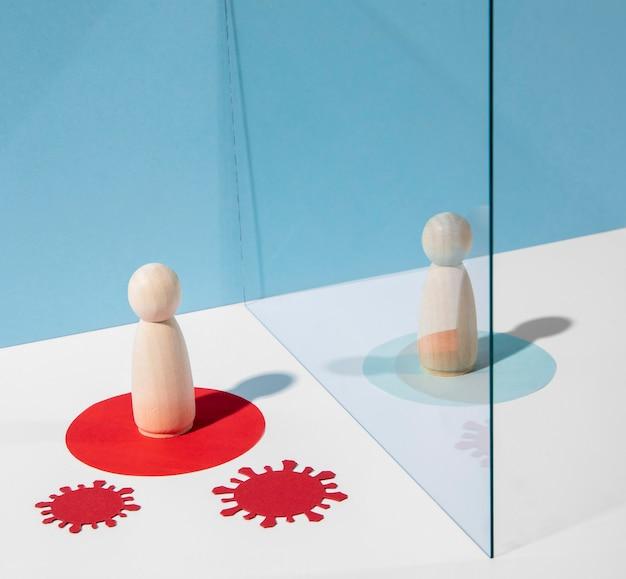 Houten pionnen met glazen scheidingswand tijdens coronaviruspandemie
