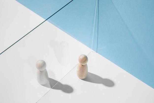 Houten pionnen met glazen verdeler voor coronaviruspreventie