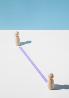 Houten pionnen met onderlinge afstand voor bescherming tegen het coronavirus