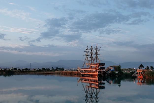 Houten piratenschip op de rivier monovgat turkije het concept van toerisme en entertainment