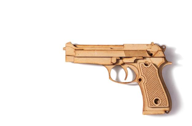 Houten pistool op een witte achtergrond kinderspeelgoed