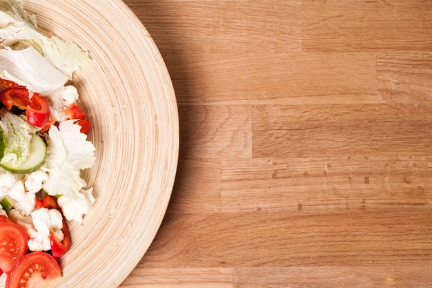 Houten plaat met groente salade