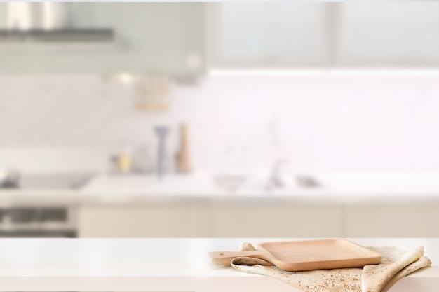 Houten plaat op witte lijst op de achtergrond en het exemplaarspce van de keukenruimte