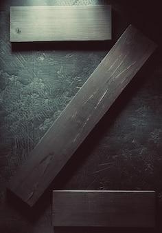 Houten plank bij zwarte achtergrondtextuur