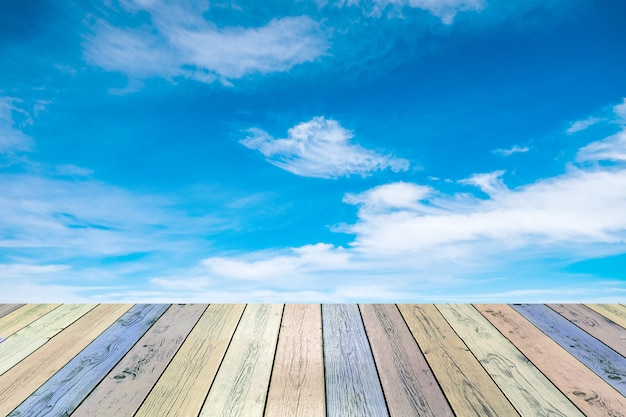Houten plank kleurrijk met blauwe hemelwolk
