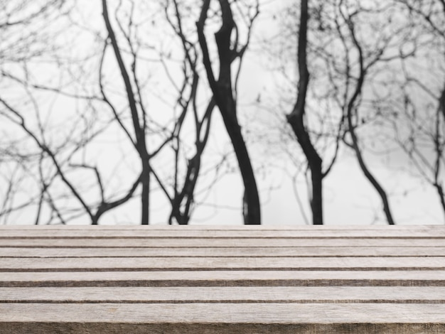Houten plank lege tafel onscherpe achtergrond