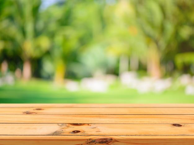 Houten plank lege tafel onscherpe achtergrond.