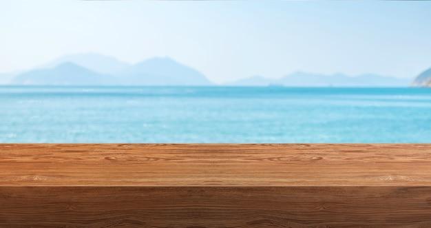Houten plank met blauwe zee en bergen bakground.