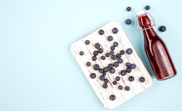 Houten plank met druiven voor smoothie