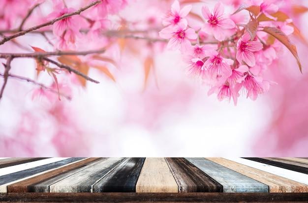 Houten plank op mooie roze bloem wilde himalaya kersenbloem (prunus cerasoides)