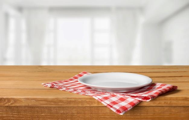 Houten plank staat op tafelkleed over grunge