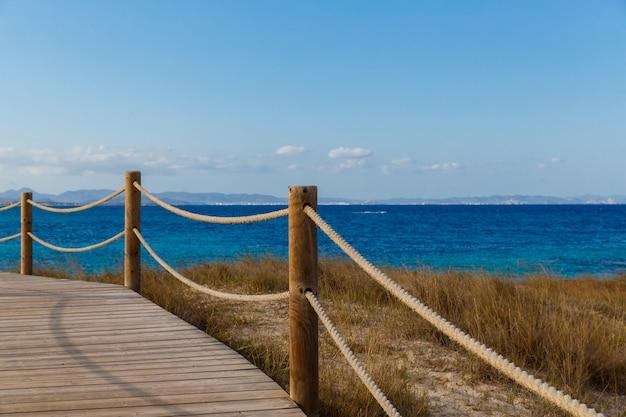 Houten plank weg voor de kust van formentera, spanje, middellandse zee.