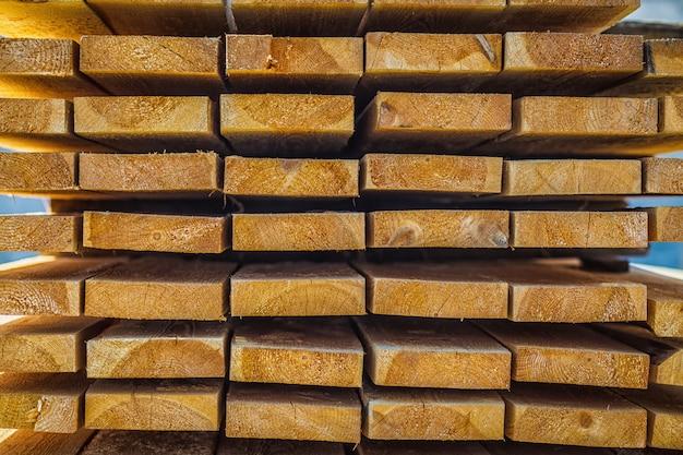 Houten planken. balken. luchtdrogende houtstapel.