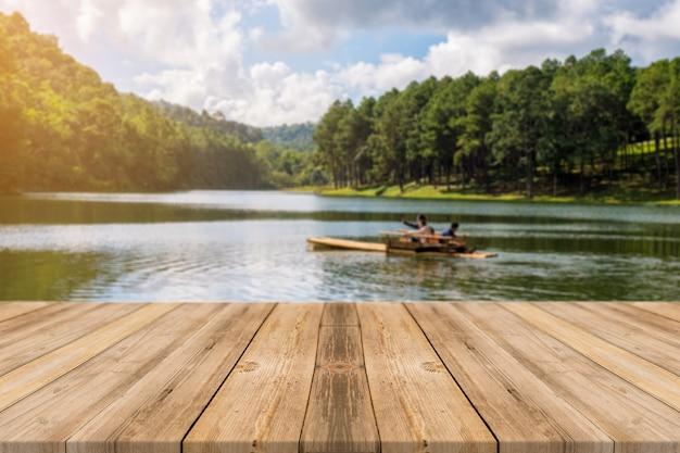 Houten planken met een meer met een boot