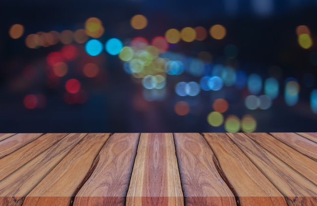 Houten planken op blauwe achtergrond abstract vervagen bokeh