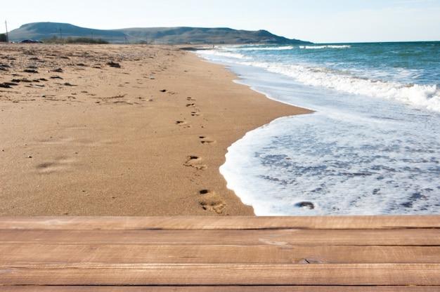 Houten planken op de achtergrond van het overzeese strand