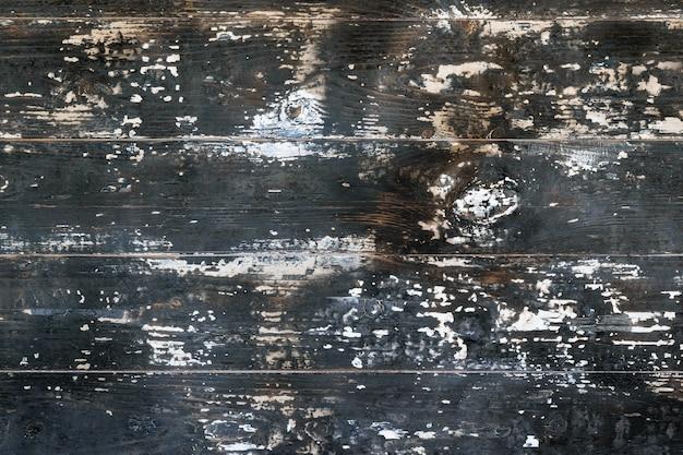Houten planken worden blootgesteld aan zware vlammen. behang in de vorm van een boomstructuur.
