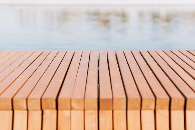 Houten plankenvloer op het oppervlak van een vijver