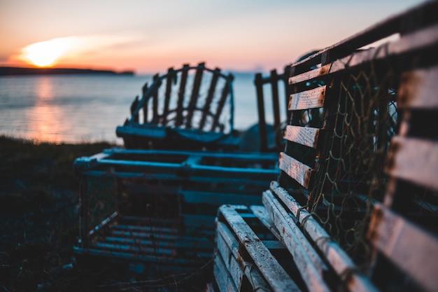 Houten plankkratten aan de kust