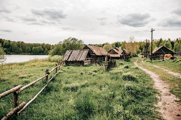 Houten platteland oude huizen omgeven door houten hek