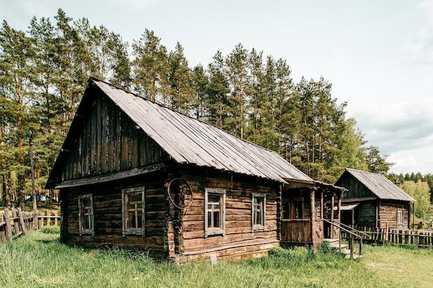 Houten plattelands oud huis in het dorp