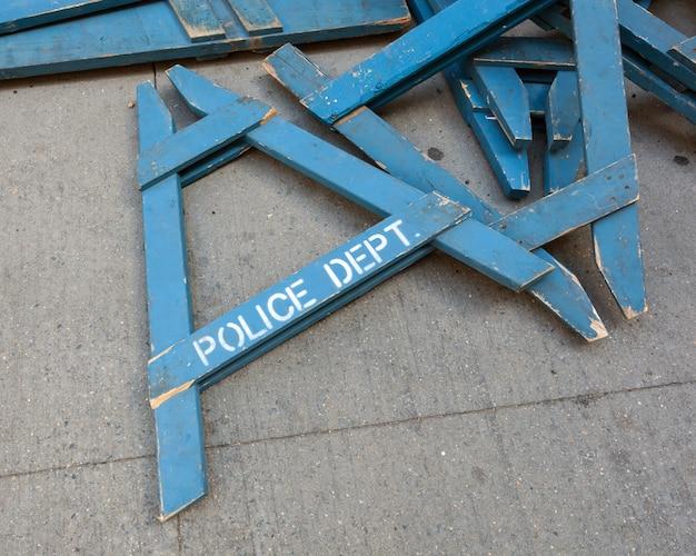Houten politiebarricades in de stad van new york