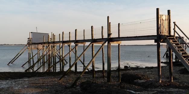 Houten pontontoegang tot de vissers houten cabine in fouras in charente frankrijk