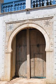 Houten poort in een marmeren frame