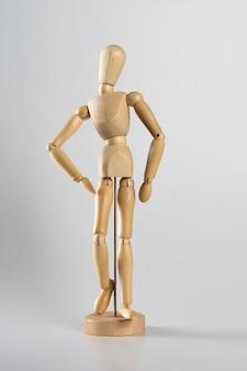 Houten pose pop poseerde alsof het naar voren loopt