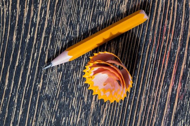 Houten potloden in effen kleur met grijze stift voor tekenen en creativiteit