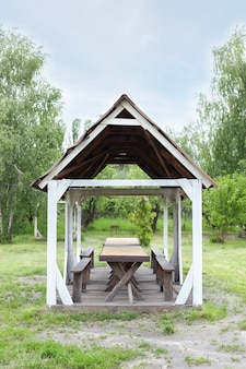 Houten prieel buiten in de zomertuin houten prieel op groen gazon voor openluchtrecreatie camping