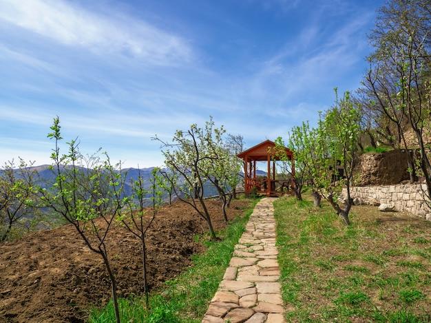 Houten prieel in de alpentuin in het voorjaar.