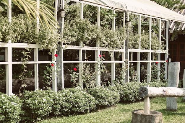 Houten prieel pergola voor het kweken van plantenboom in de tuin