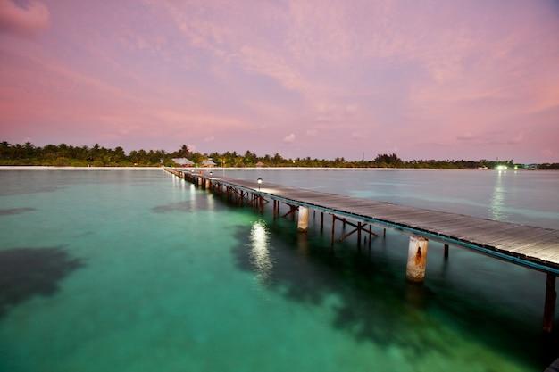 Houten promenade op het tropische strand op de malediven Premium Foto