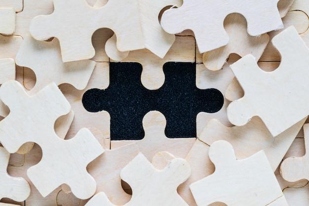 Houten puzzelstukken op zwarte achtergrond