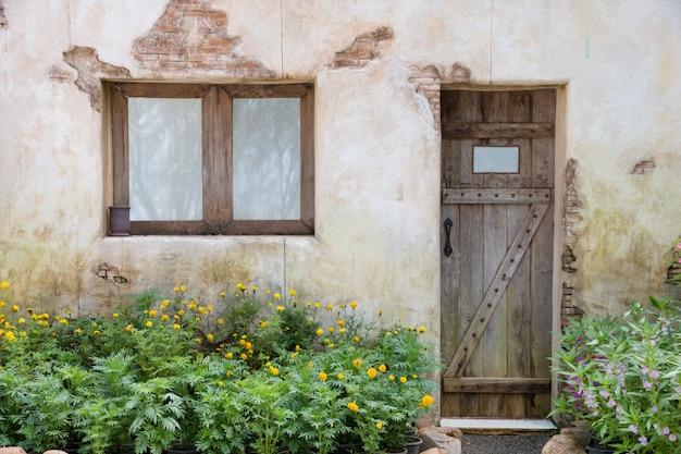 Houten raam en deur op oude muur