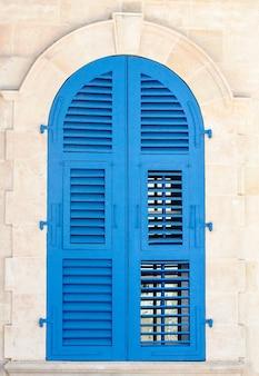 Houten raam luiken - gesloten oude luiken verweerde houten raam