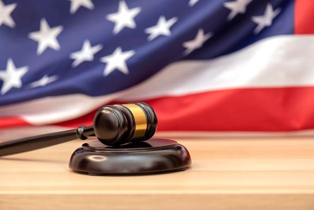 Houten rechter hamer usa vlag als achtergrond, concept foto over rechtvaardigheid in de vs.